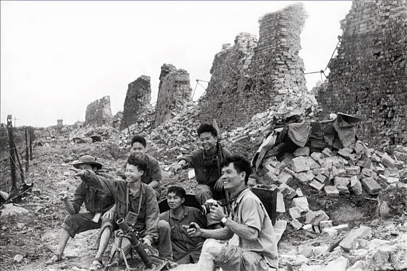 Chiến-sĩ-cùng-phòng-viên-tại-thành-Quảng-Trị